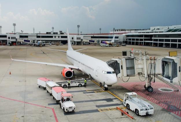 Laden van vracht op het vliegtuig op de luchthaven voor de vlucht