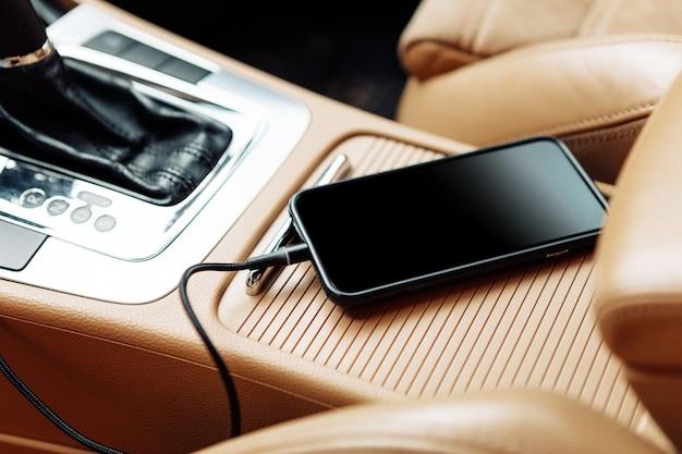 Lader plug telefoon op auto. stekker telefoon in auto