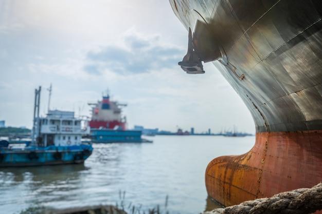 Lading container schip