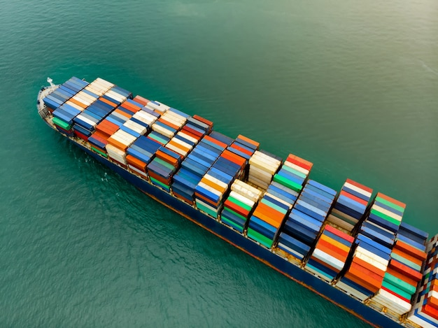 Lading containerschip dragende container import en export goederen