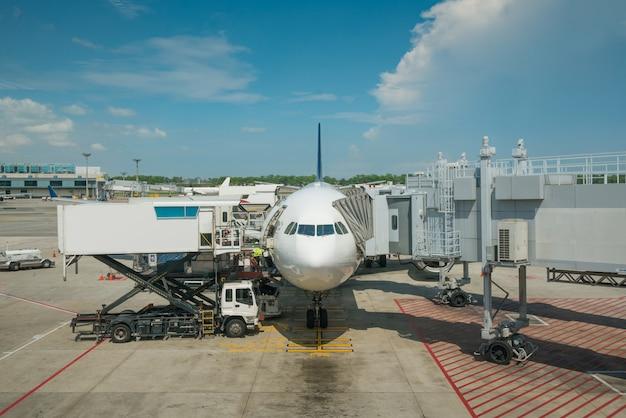Lading laden op vliegtuig in luchthaven vóór vlucht