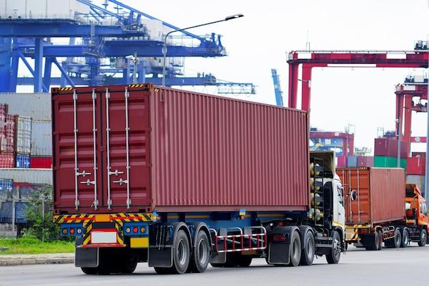 Lading rode containervrachtwagen in scheepshaven logistiek. transportindustrie in havenbedrijf. import, export logistiek industrieel