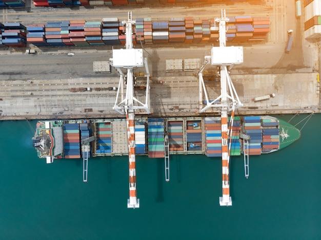 Ladingscontainer in de haven van de dokkenwerf met vrachtschip die grote tank voor de uitvoerconcept laden.