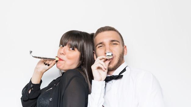 Lady and guy in avondkleding met feestfluiten
