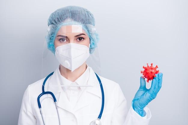 Lady doctor houdt corona virus microbe figuur vast