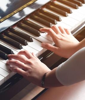 Lady hand speelt piano voor muziek
