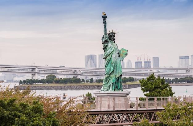 Lady liberty tegen de rainbow bridge