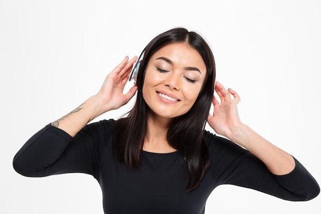Lady muziek luisteren met een koptelefoon