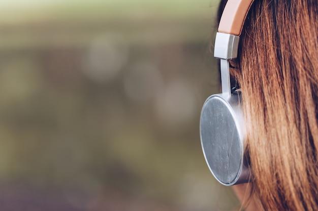 Lady oortelefoon en toerisme