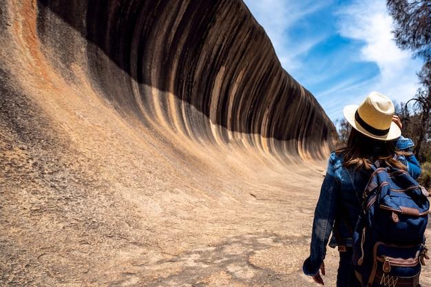 Lady rugzak reizen in wave rock