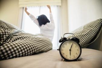 Lady wake up strekt zich lui uit voor een frisse ochtend