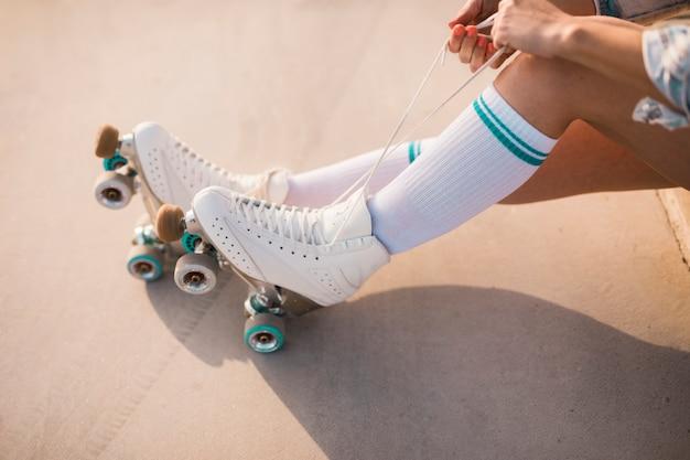 Lage deel van vrouw koppelverkoop rolschaatsen kant