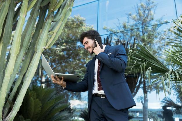 Lage hoek advocaat praten aan de telefoon