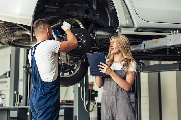 Lage hoek auto service medewerker werkt