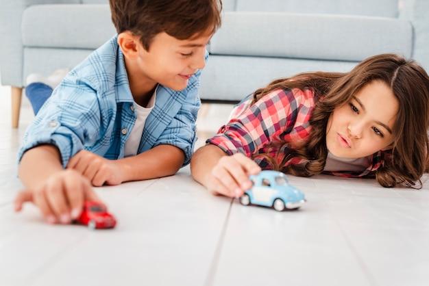 Lage hoek autorace tussen broers en zussen