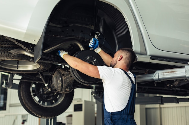 Lage hoek autoservice om wielen te verwisselen