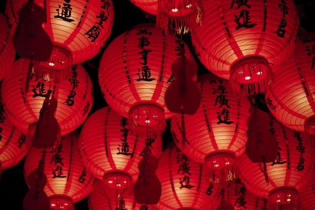 Lage hoek aziatische papieren lantaarns