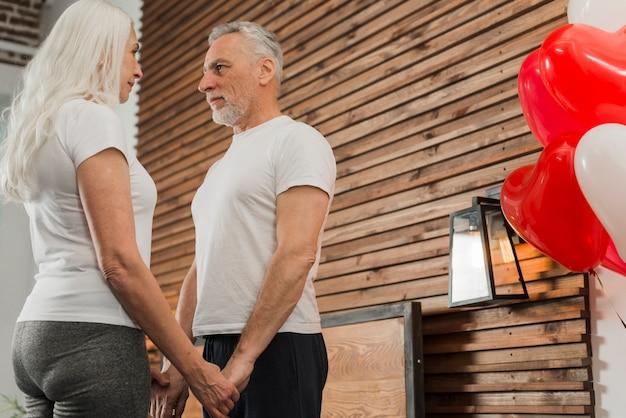 Lage hoek bejaarde echtpaar hand in hand