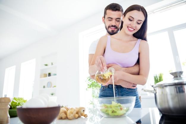 Lage hoek bekijken twee mensen echtgenoten thuis blijven lunch bereiden