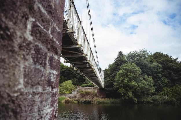 Lage hoek bekijken van de oude brug over de rivier