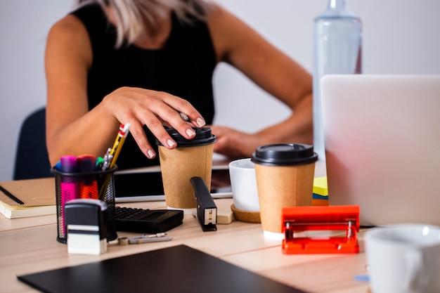 Lage hoek bureau op het werk bekijken