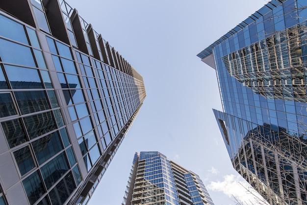 Lage hoek die van blauwe hoge stijgingsgebouwen is ontsproten