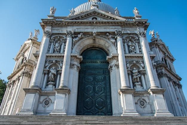 Lage hoek die van de basilica di santa maria della salute in venetië, italië is ontsproten