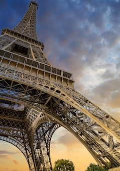 Lage hoek die van de eiffeltoren in parijs, frankrijk is ontsproten