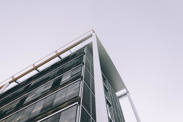 Lage hoek die van de hoek van een hoog bedrijfsgebouw is ontsproten