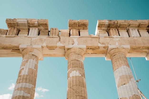 Lage hoek die van de kolommen van het pantheon van de akropolis in athene, griekenland onder de hemel is ontsproten