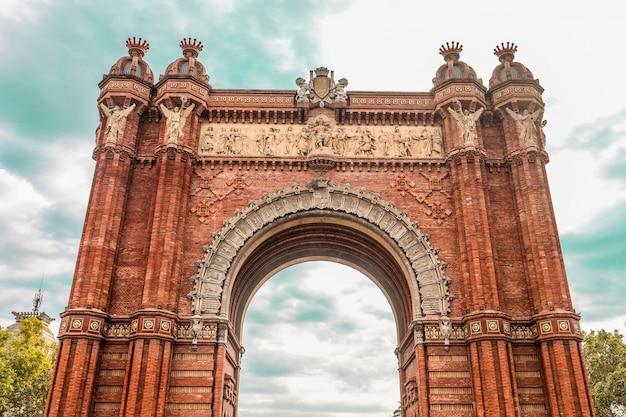 Lage hoek die van de oude historische triomfboog van arc de triomf in catalonië, spanje is ontsproten