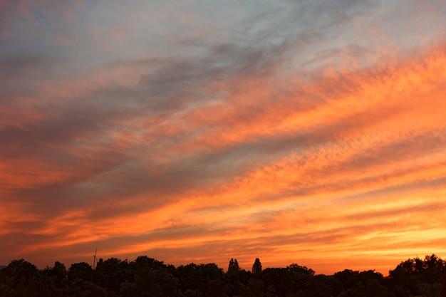 Lage hoek die van de wolken in de kleurrijke hemel is ontsproten die bij schemering wordt vastgelegd