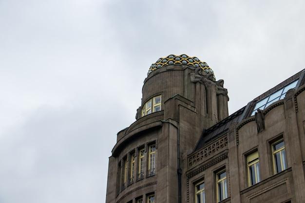Lage hoek die van een art deco-gebouw op het wenceslasplein in praag, de tsjechische republiek is ontsproten