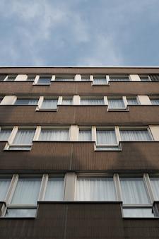 Lage hoek die van een gebouw met vensters is ontsproten
