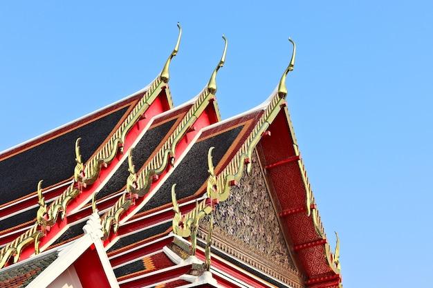 Lage hoek die van een historisch religieus gebouw is ontsproten wat de heldere hemel raakt
