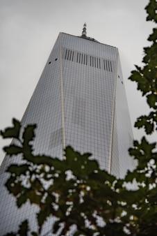 Lage hoek die van een modern architectonisch gebouw is ontsproten met een witte hemel