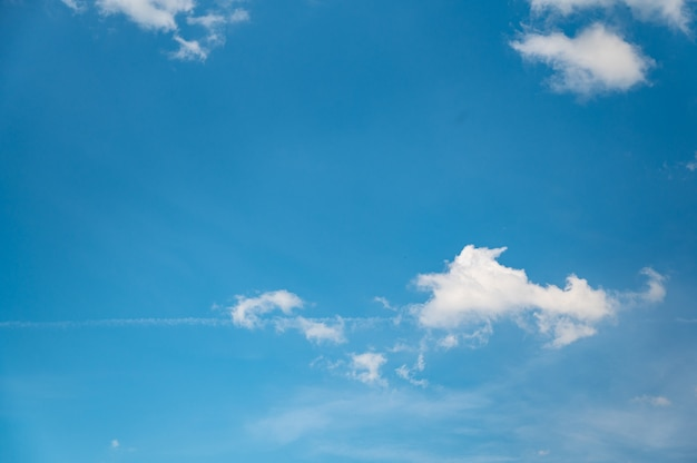 Lage hoek die van een mooie cloudscape op een blauwe hemel is ontsproten