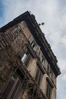 Lage hoek die van een oud gebouw is ontsproten