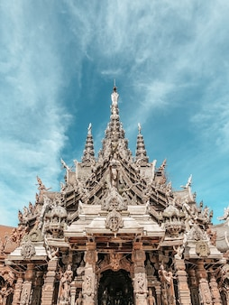 Lage hoek die van een prachtig heiligdom van waarheid in pattaya, thailand is ontsproten