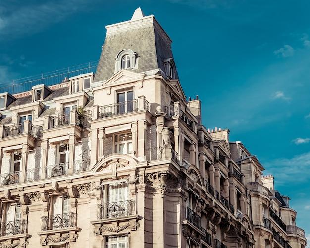Lage hoek die van een prachtige historische architecturale structuur in parijs, frankrijk is ontsproten