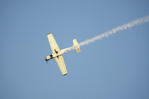 Lage hoek die van een wit vliegtuig is ontsproten dat in de lucht vliegt