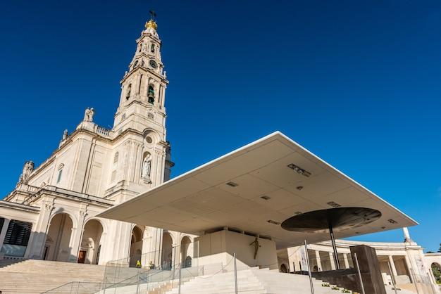 Lage hoek die van het heiligdom van onze lieve vrouw van fatima, portugal onder een blauwe hemel is ontsproten