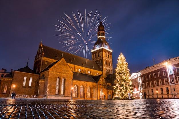Lage hoek die van het kleurrijke vuurwerk op de kerk op een sterrige avond is ontsproten