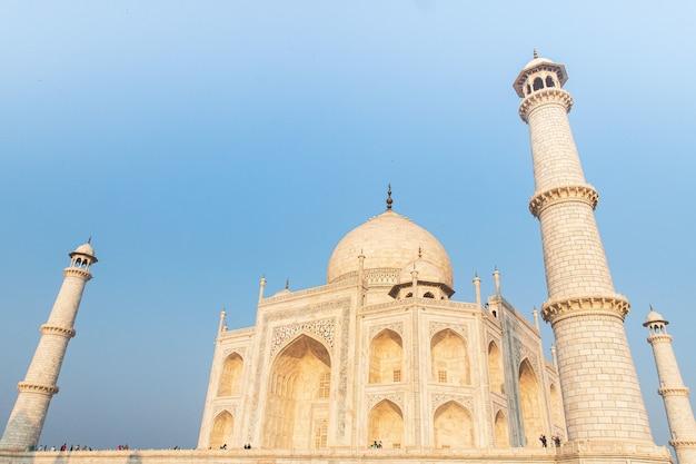 Lage hoek die van het mausoleum van taj mahal in india onder een blauwe hemel is ontsproten