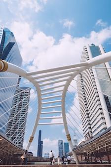 Lage hoek die van mooie moderne futuristische architectuur van een stedelijke stad op een zonnige dag is ontsproten