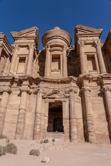 Lage hoek die van petra uum in jordanië overdag is ontsproten