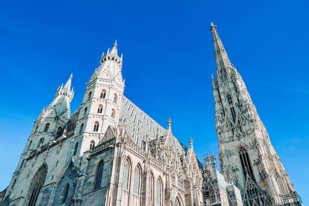 Lage hoek die van st. stephen kathedraal in wenen is ontsproten