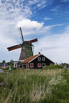 Lage hoek die van windmolens in buurt zaanse schans is ontsproten