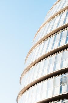 Lage hoek fotografie van moderne architectuur overdag
