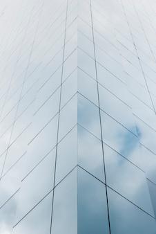 Lage hoek gebouw met glazen ontwerp